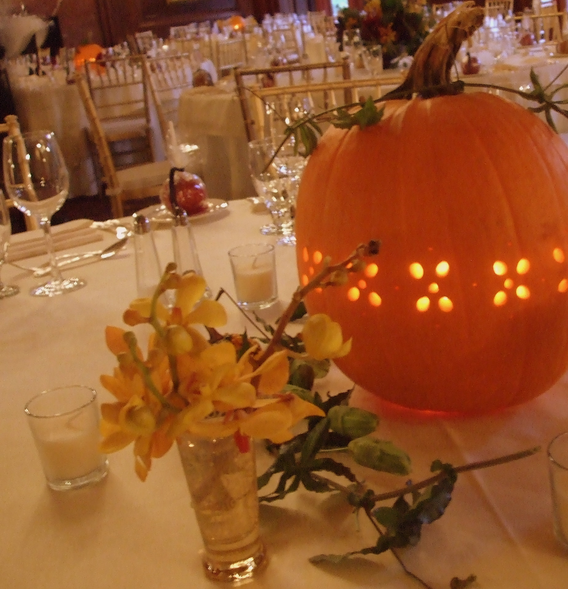 Fall wedding do it yourself ideas for Simple pumpkin centerpieces